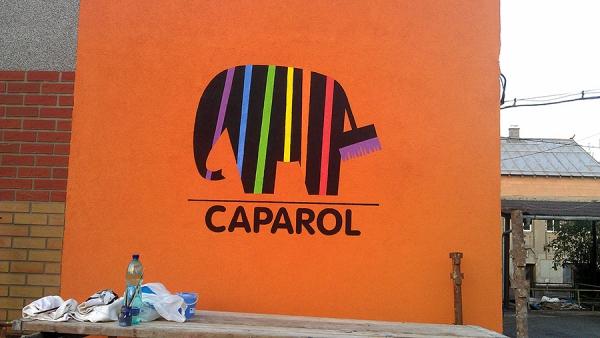 kreba loga CAPAROL na fasádu